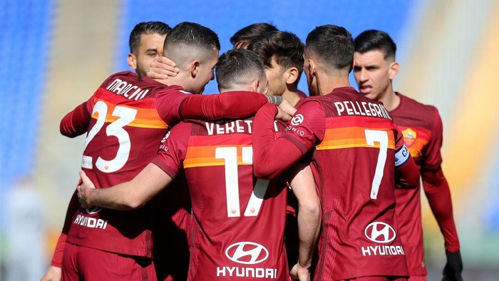 ROME, ITALY - FEBRUARY 14: Jordan Veretout of Roma celebrates with teammates after scoring their teams first goal during the Serie A match between AS Roma and Udinese Calcio at Stadio Olimpico on February 14, 2021 in Rome, Italy. Sporting stadiums around Italy remain under strict restrictions due to the Coronavirus Pandemic as Government social distancing laws prohibit fans inside venues resulting in games being played behind closed doors. (Photo by Paolo Bruno/Getty Images)
