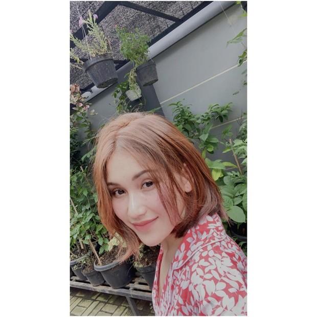 Ayu Ting-Ting tengah berselfie dengan rambut pendek/instagram.com/ayutingting92