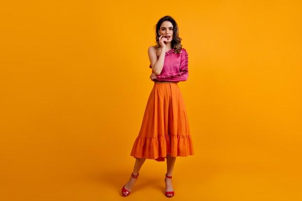Flare skirt sangat nyaman digunakan karena pemakainya tidak perlu merasa terbatas pergerakannya dan mampu menutupi tubuh yang mungil.