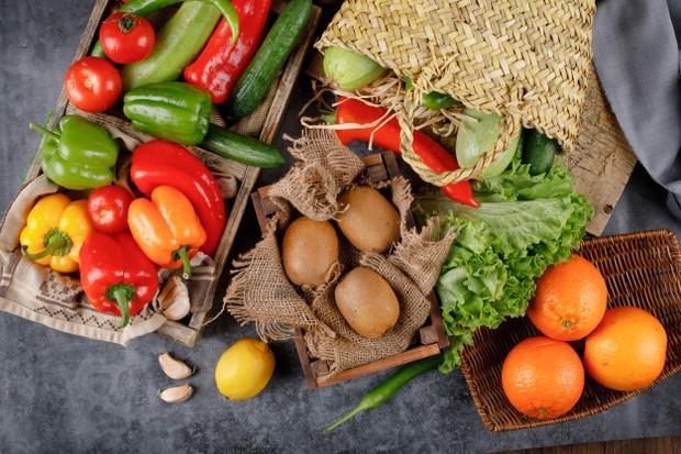 Coba pilih dan konsumsi makanan utuh seperti sayur, buah, biji-bijian, dan daging.