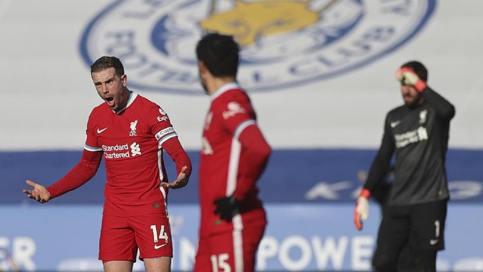 Liverpools Jordan Henderson, left, shouts out during the English Premier League soccer match between Leicester City and Liverpool at the King Power Stadium in Leicester, England, Saturday, Feb. 13, 2021. (Carl Recine/Pool Photo via AP)