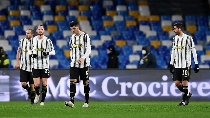 NAPLES, ITALY - FEBRUARY 13: Alvaro Morata of Juventus looks dejected with team mates (L - R) Adrien Rabiot and Rodrigo Bentancur after Napolis first goal scored by Lorenzo Insigne (Not pictured) from the penalty spot during the Serie A match between SSC Napoli  and Juventus at Stadio Diego Armando Maradona on February 13, 2021 in Naples, Italy. Sporting stadiums around Italy remain under strict restrictions due to the Coronavirus Pandemic as Government social distancing laws prohibit fans inside venues resulting in games being played behind closed doors. (Photo by Francesco Pecoraro/Getty Images)