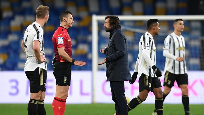 NAPLES, ITALY - FEBRUARY 13: Andrea Pirlo, Head Coach of Juventus speaks with Match Referee, Daniele Doveri following the Serie A match between SSC Napoli  and Juventus at Stadio Diego Armando Maradona on February 13, 2021 in Naples, Italy. Sporting stadiums around Italy remain under strict restrictions due to the Coronavirus Pandemic as Government social distancing laws prohibit fans inside venues resulting in games being played behind closed doors. (Photo by Francesco Pecoraro/Getty Images)