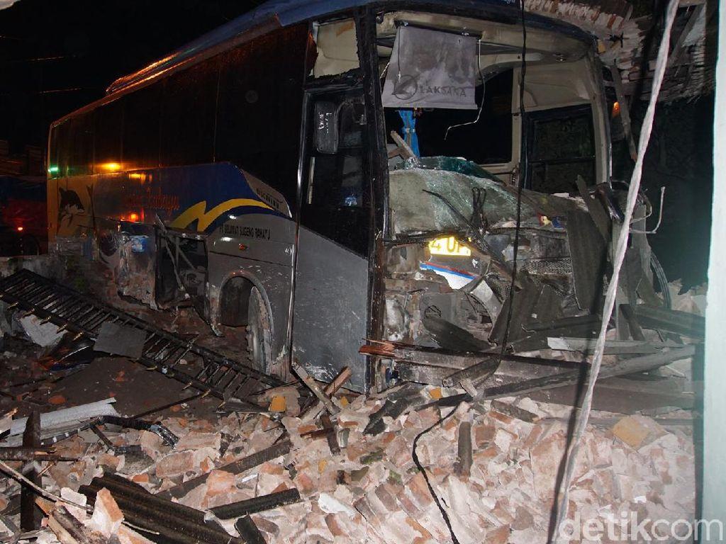 Bus Sugeng Rahayu Tabrak Rumah di Mojokerto hingga Bagian Toko Porak-poranda