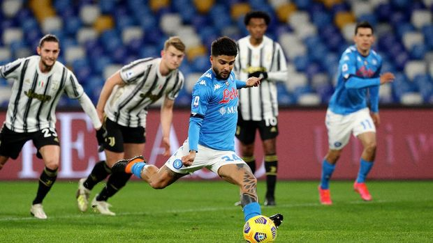NAPLES, ITALY - FEBRUARY 13: Lorenzo Insigne of S.S.C. Napoli scores their team's first goal from the penalty spot during the Serie A match between SSC Napoli  and Juventus at Stadio Diego Armando Maradona on February 13, 2021 in Naples, Italy. Sporting stadiums around Italy remain under strict restrictions due to the Coronavirus Pandemic as Government social distancing laws prohibit fans inside venues resulting in games being played behind closed doors. (Photo by Francesco Pecoraro/Getty Images)