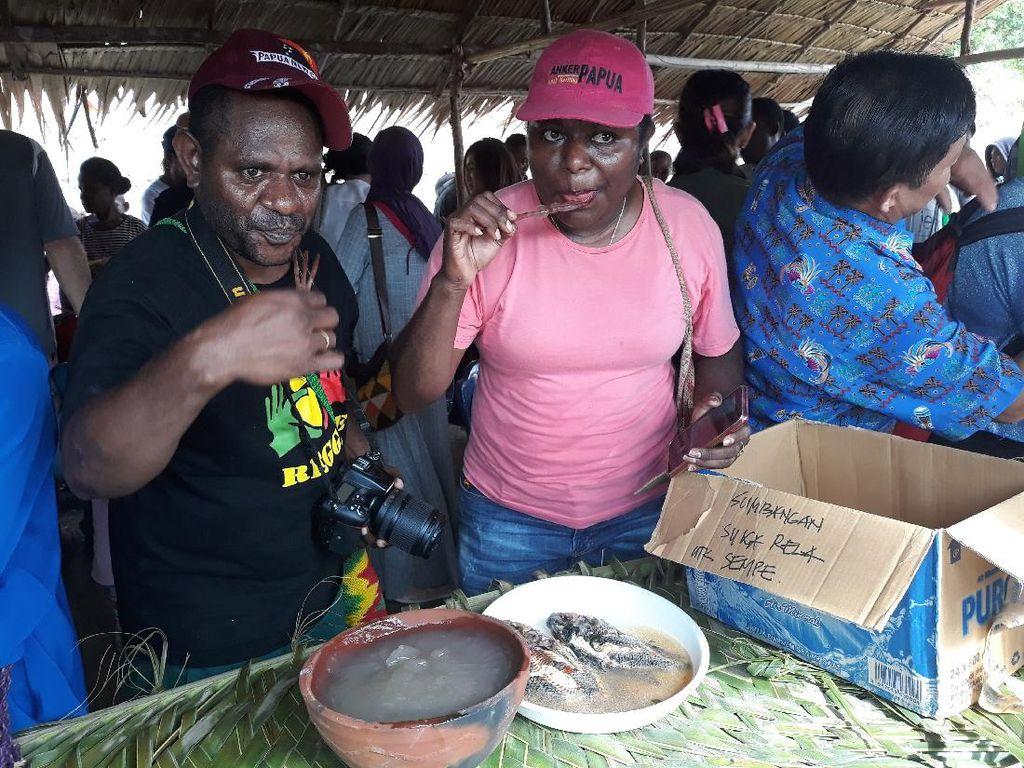 Tradisi Unik Warga Kampung Abar Papua: Makan Papeda dalam Gerabah