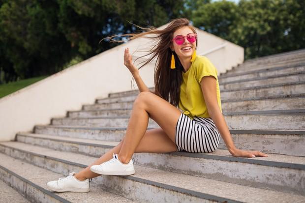 Mini skirt berhasil menciptakan tampilan tubuh lebih jenjang karanya modelnya hanya terbatas maksimal sampai lutut.