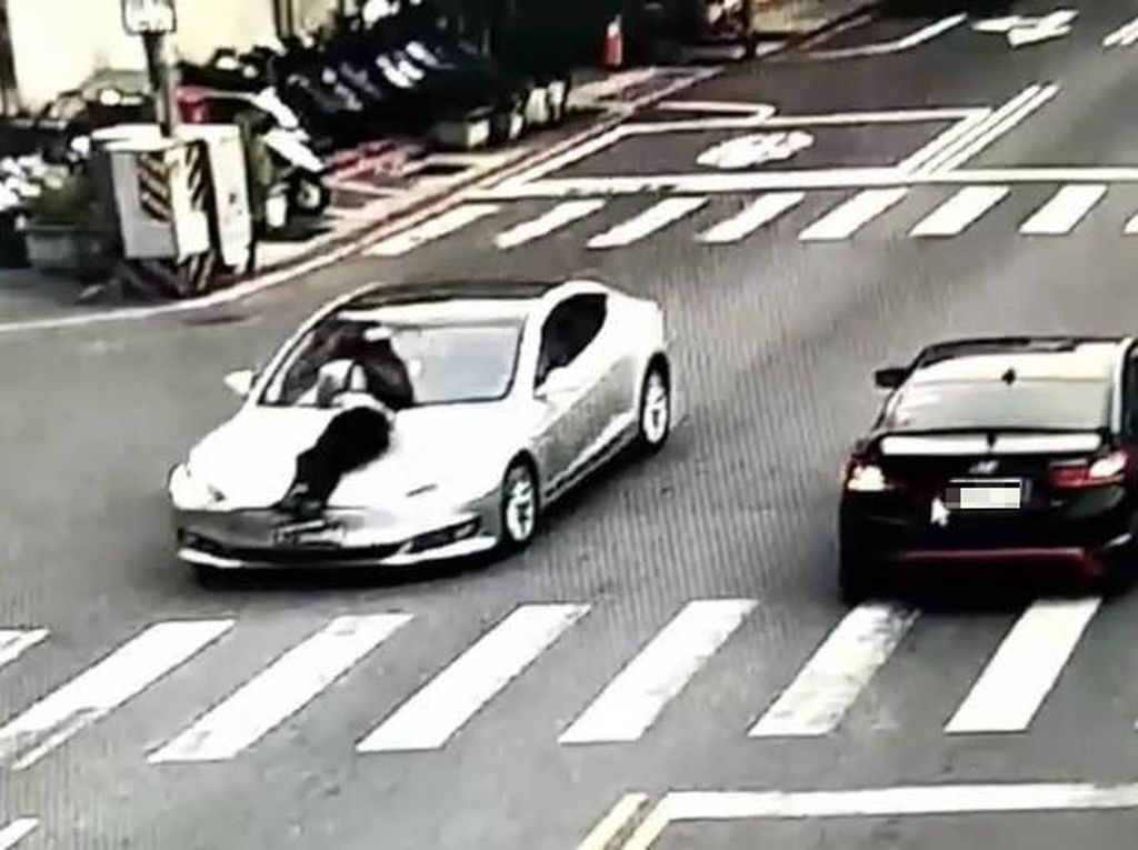 Gegara Masalah Lahan Parkir, Pria Ini Diseret di Kap Mobil