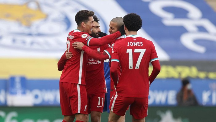 LEICESTER, ENGLAND - FEBRUARY 13: Mohamed Salah of Liverpool celebrates with teammates Roberto Firmino, Thiago and Curtis Jones after scoring his teams first goal during the Premier League match between Leicester City and Liverpool at The King Power Stadium on February 13, 2021 in Leicester, England. Sporting stadiums around the UK remain under strict restrictions due to the Coronavirus Pandemic as Government social distancing laws prohibit fans inside venues resulting in games being played behind closed doors. (Photo by Carl Recine - Pool/Getty Images)