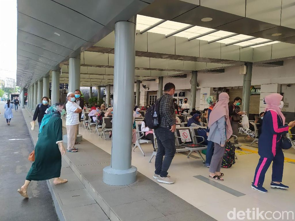 Arus Balik Libur Imlek, Begini Suasana Stasiun Pasar Senen Pagi Ini
