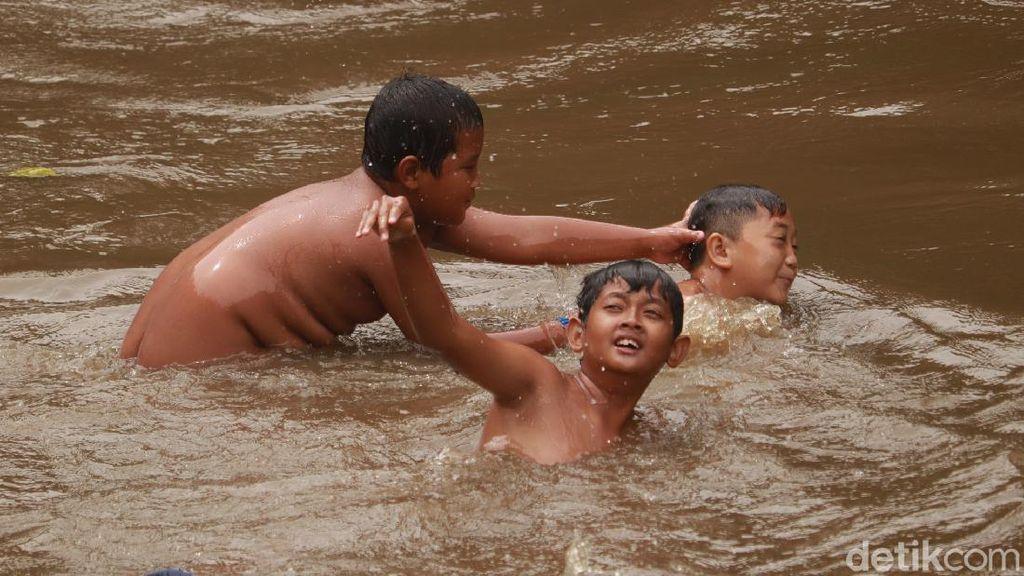 Foto: Nostalgia Masa Kecil, Main Air Seru di Sungai Cikapundung