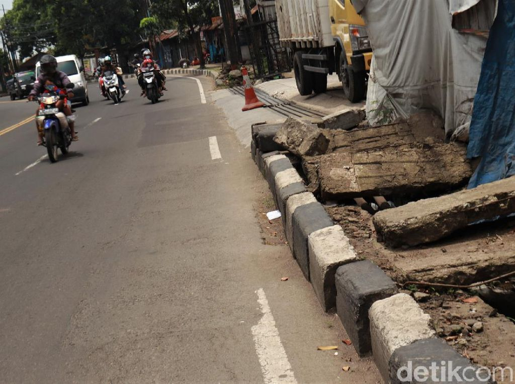Tolong! Trotoar di Jalan Raya Cicaheum Bandung Rusak-Tak Terawat