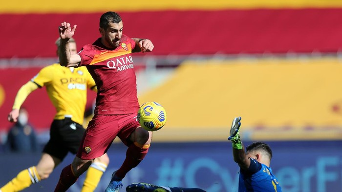 ROME, ITALY - FEBRUARY 14: Henrikh Mkhitaryan of Roma is fouled by Juan Musso of Udinese Calcio resulting in a penalty during the Serie A match between AS Roma and Udinese Calcio at Stadio Olimpico on February 14, 2021 in Rome, Italy. Sporting stadiums around Italy remain under strict restrictions due to the Coronavirus Pandemic as Government social distancing laws prohibit fans inside venues resulting in games being played behind closed doors. (Photo by Paolo Bruno/Getty Images)