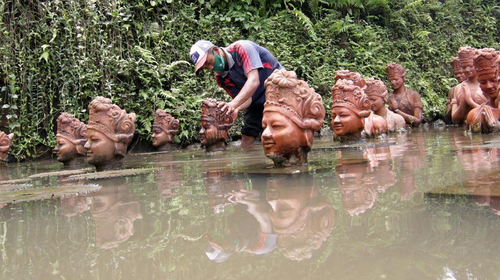 Ratusan Patung Penari Gandrung Dibersihkan Dari Abu Vulkanik