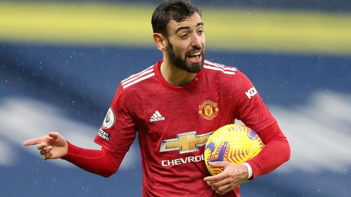 WEST BROMWICH, ENGLAND - FEBRUARY 14: Bruno Fernandes of Manchester United reacts after VAR penalty decision is not given during the Premier League match between West Bromwich Albion and Manchester United at The Hawthorns on February 14, 2021 in West Bromwich, England. Sporting stadiums around the UK remain under strict restrictions due to the Coronavirus Pandemic as Government social distancing laws prohibit fans inside venues resulting in games being played behind closed doors. (Photo by Naomi Baker/Getty Images)