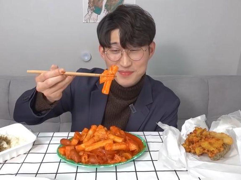 5 Cara Makan Tteokbokki ala Orang Korea, Rasanya Nikmat!