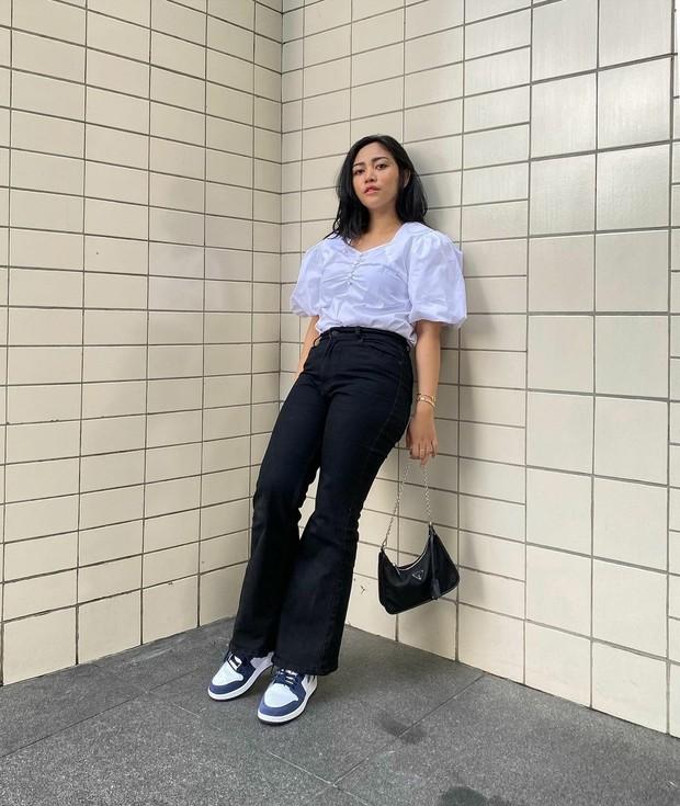Casual look dengan flare jeans (sumber : instagram.com/rachelvennya)