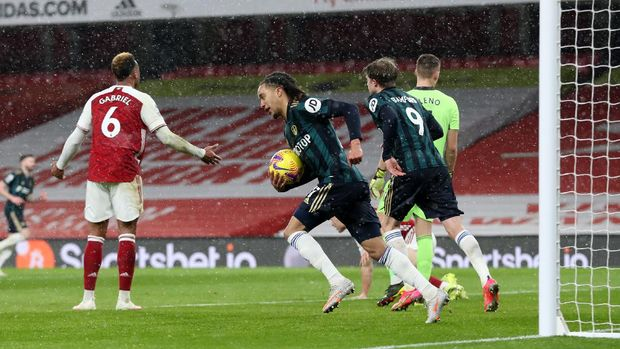 LONDON, ENGLAND - FEBRUARY 14: Helder Costa of Leeds United celebrates after scoring their side's second goal during the Premier League match between Arsenal and Leeds United at Emirates Stadium on February 14, 2021 in London, England. Sporting stadiums around the UK remain under strict restrictions due to the Coronavirus Pandemic as Government social distancing laws prohibit fans inside venues resulting in games being played behind closed doors. (Photo by Catherine Ivill/Getty Images)
