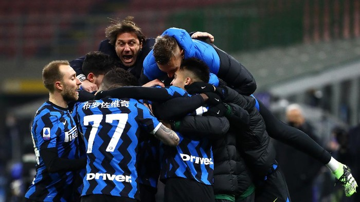 MILAN, ITALY - FEBRUARY 14: Lautaro Martinez of FC Internazionale celebrates with team mates and Antonio Conte, Head Coach of FC Internazionale after scoring their sides third goal during the Serie A match between FC Internazionale  and SS Lazio at Stadio Giuseppe Meazza on February 14, 2021 in Milan, Italy. Sporting stadiums around Italy remain under strict restrictions due to the Coronavirus Pandemic as Government social distancing laws prohibit fans inside venues resulting in games being played behind closed doors. (Photo by Marco Luzzani/Getty Images)