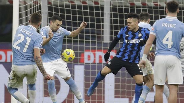 Lazio's Gonzalo Escalante, second left, scores a goal against Inter Milan during a Serie A soccer match between Inter Milan and Lazio at the San Siro stadium in Milan, Italy, Sunday, Feb. 14, 2021. (AP Photo/Luca Bruno)