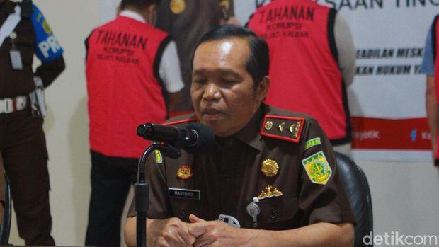 Kejati Kalbar menahan lima tersangka kasus dugaan korupsi pembangunan jalan di Kabupaten Ketapang dengan nilai proyek mencapai miliaran rupiah (Adi Saputro/detikcom)