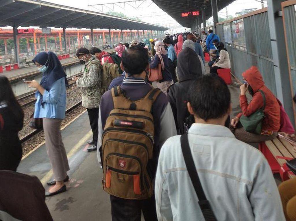 Penumpang KRL Antre Panjang di Stasiun Bekasi Senin Pagi, Ini Penjelasan KCI