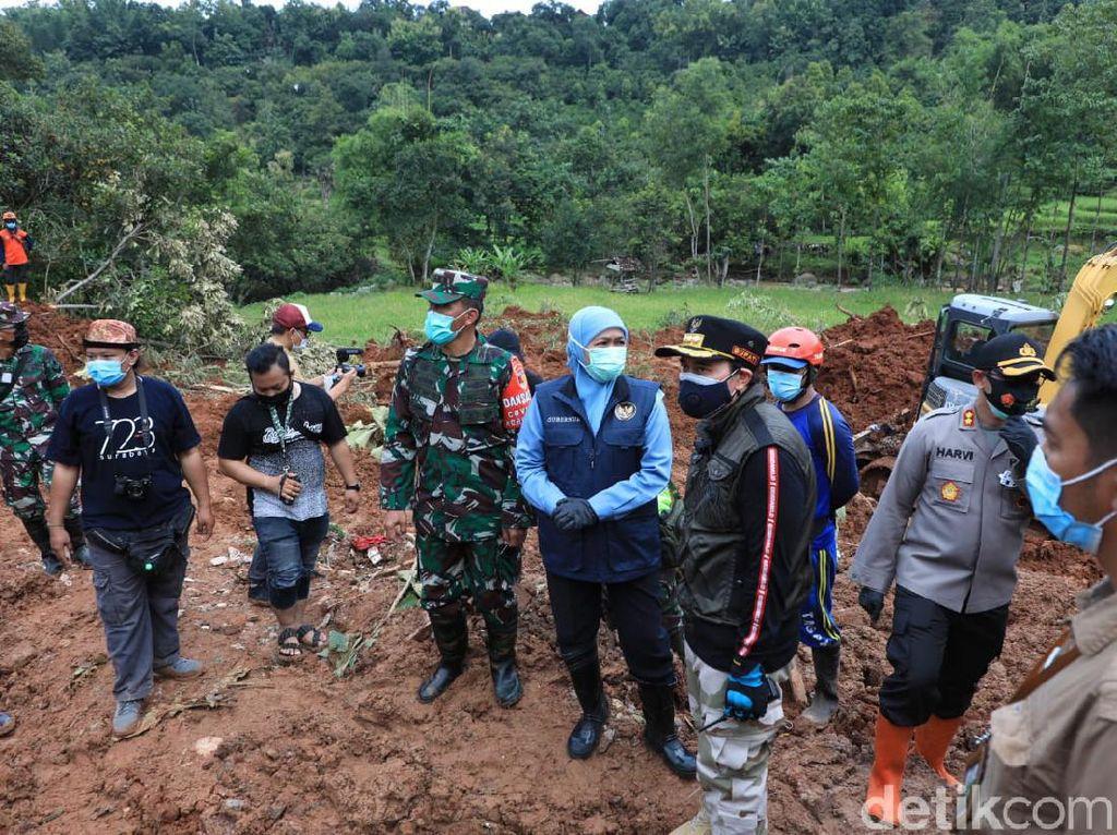 Kunjungi Longsor Nganjuk, Gubernur Khofifah Sumbang Bantuan