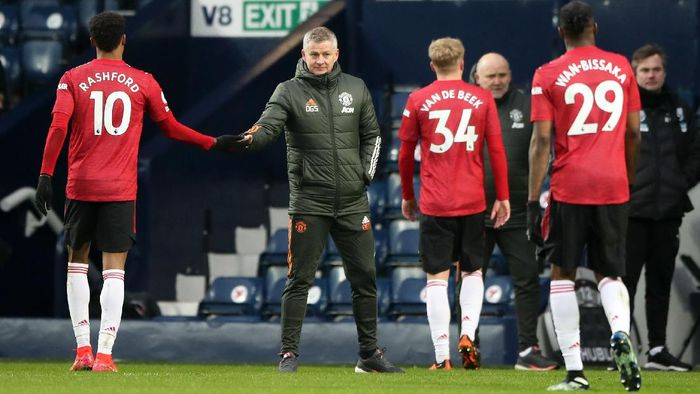 WEST BROMWICH, ENGLAND - FEBRUARY 14: Ole Gunnar Solskjaer, Manager of Manchester United interacts with Marcus Rashford of Manchester United after the Premier League match between West Bromwich Albion and Manchester United at The Hawthorns on February 14, 2021 in West Bromwich, England. Sporting stadiums around the UK remain under strict restrictions due to the Coronavirus Pandemic as Government social distancing laws prohibit fans inside venues resulting in games being played behind closed doors. (Photo by Nick Potts - Pool/Getty Images)