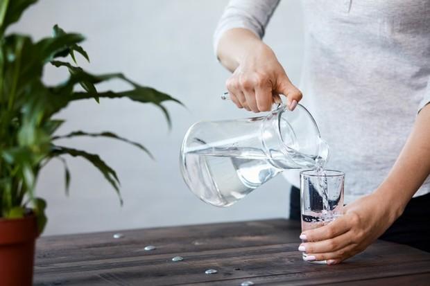 Sejumlah penelitian menunjukkan bahwa minum air sebelum makan dapat menyebabkan seseorang mengonsumsi lebih sedikit kalori pada makanan tersebut, yang pada akhirnya dapat menyebabkan penurunan berat badan.