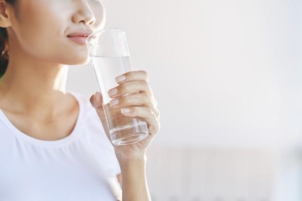 Cegah hal ini terjadi dengan minum air secara teratur sepanjang hari. Salah satunya adalah secara rutin minum segelas air sebelum makan.