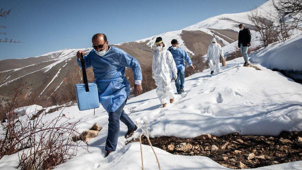 Kerja Keras Tim Medis Turki Saat Vaksinasi di Pedalaman