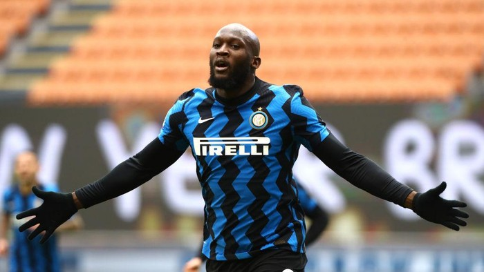 MILAN, ITALY - JANUARY 03: Romelu Lukaku of Inter Milan celebrates after scoring their teams fourth goal during the Serie A match between FC Internazionale and FC Crotone at Stadio Giuseppe Meazza on January 03, 2021 in Milan, Italy. Sporting stadiums around Italy remain under strict restrictions due to the Coronavirus Pandemic as Government social distancing laws prohibit fans inside venues resulting in games being played behind closed doors. (Photo by Marco Luzzani/Getty Images)