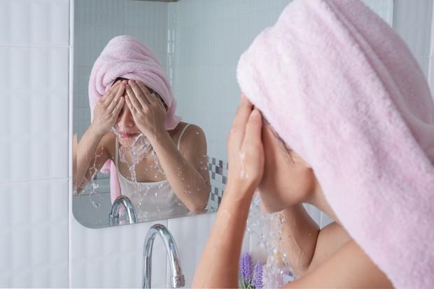 Membersihkan wajah dengan double cleansing akan membuat kulit bersih menyeluruh