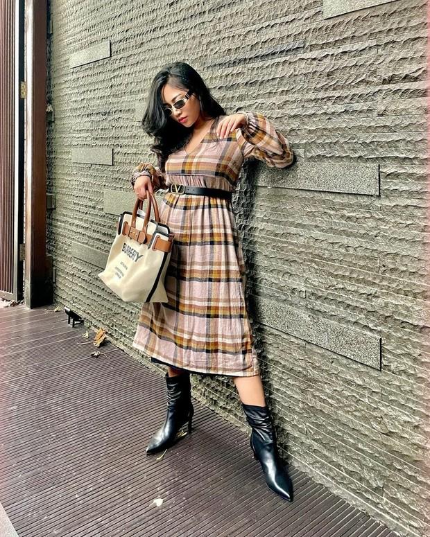 Tampil elegan dengan midi dress dan sepatu boots (sumber : instagram.com/rachelvennya)