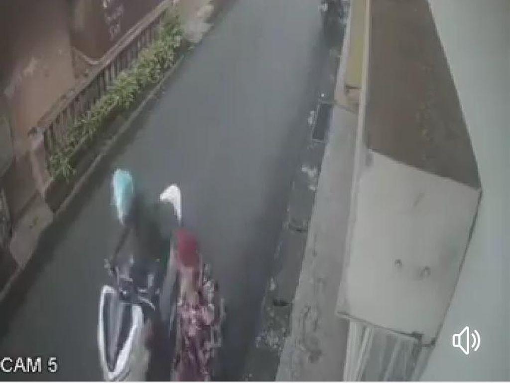 Viral! Penjambretan Kalung Emas Emak-emak Terekam CCTV