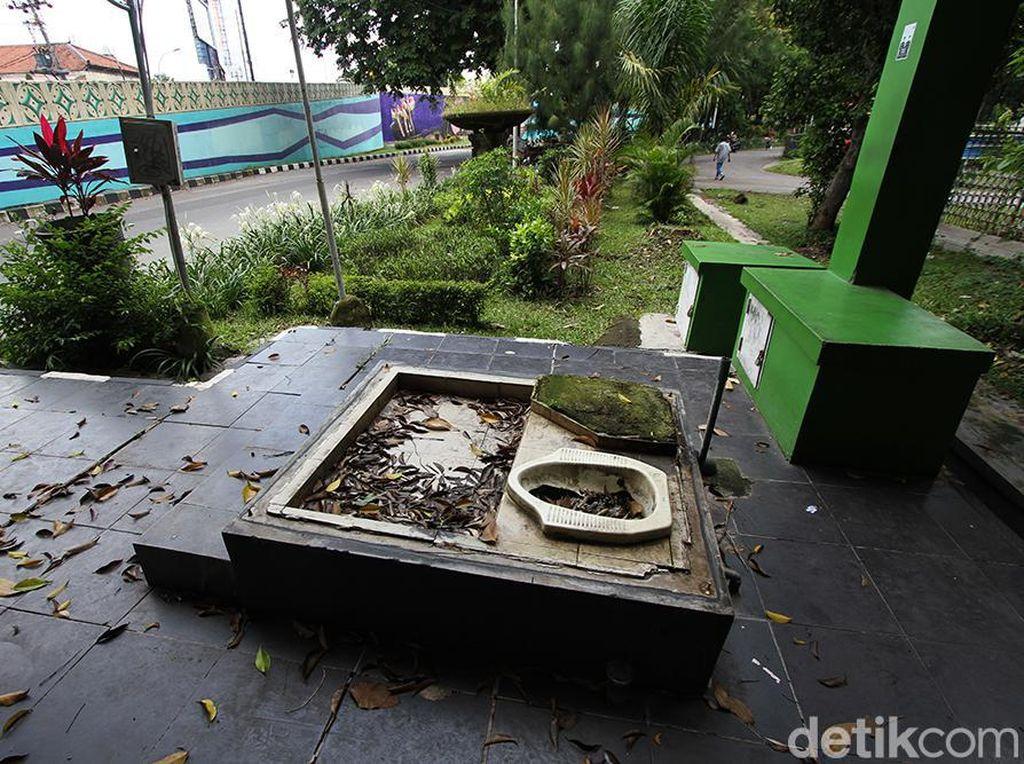 Duh, Toilet Bekas di Solo Ini Dibiarkan Begitu Saja