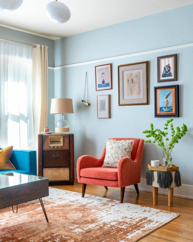 Baby blue living room (sumber : pinterest.es/apartmenttherapy)
