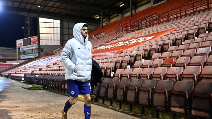BARNSLEY, ENGLAND - FEBRUARY 11: Christian Pulisic of Chelsea makes his way back to the dressing room after the match during The Emirates FA Cup Fifth Round match between Barnsley and Chelsea at Oakwell Stadium on February 11, 2021 in Barnsley, England. Sporting stadiums around the UK remain under strict restrictions due to the Coronavirus Pandemic as Government social distancing laws prohibit fans inside venues resulting in games being played behind closed doors. (Photo by Laurence Griffiths/Getty Images)