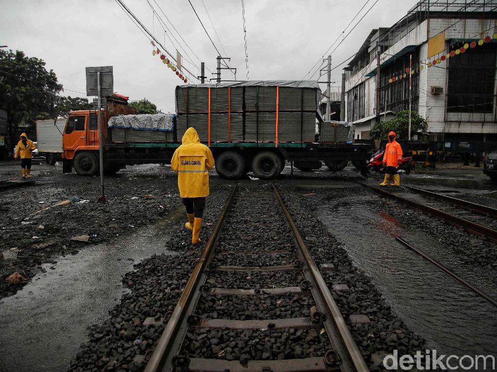 Dramatis! Potret Evakuasi Kontainer yang Mogok di Rel Kereta