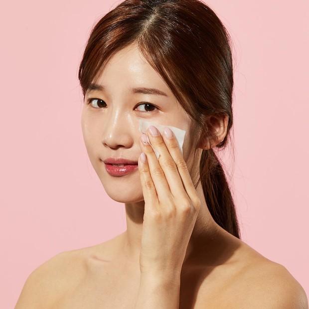 Seiring bertambahnya usia, secara alami kulit akan kehilangan kilau karena beberapa alasan termasuk pengelupasan alami sel kulit mati yang melambat.