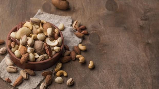 Mengonsumsi kacang-kacangan, seperti almond dan kenari, memungkinkan kamu untuk mengatasi ketidakseimbangan estrogen dalam tubuh secara efektif.
