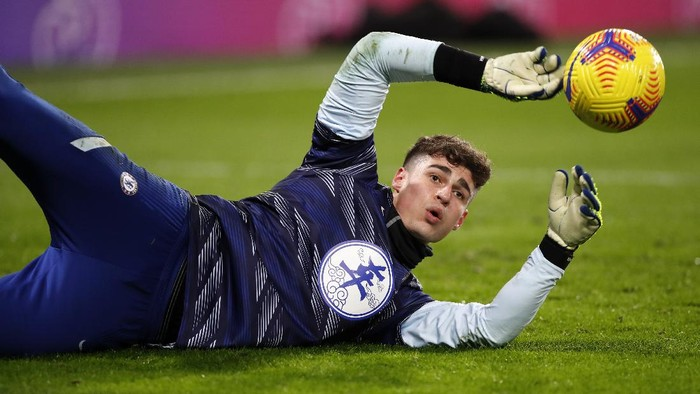 LONDON, ENGLAND - FEBRUARY 15: Kepa Arrizabalaga of Chelsea warms up prior to the Premier League match between Chelsea and Newcastle United at Stamford Bridge on February 15, 2021 in London, England. Sporting stadiums around the UK remain under strict restrictions due to the Coronavirus Pandemic as Government social distancing laws prohibit fans inside venues resulting in games being played behind closed doors. (Photo by Paul Childs - Pool/Getty Images)