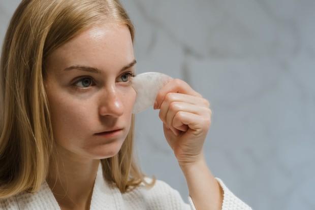 Memijat wajah secara teratur juga dapat membantu mengurangi kulit bengkak, kantung mata dan menghilangkan racun.