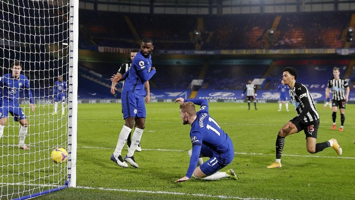 LONDON, ENGLAND - FEBRUARY 15: Timo Werner of Chelsea scores their teams second goal during the Premier League match between Chelsea and Newcastle United at Stamford Bridge on February 15, 2021 in London, England. Sporting stadiums around the UK remain under strict restrictions due to the Coronavirus Pandemic as Government social distancing laws prohibit fans inside venues resulting in games being played behind closed doors. (Photo by Adrian Dennis - Pool/Getty Images)