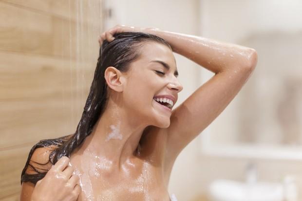 Setelah kehilangan kelembapan karena keringat, mandi air dingin dapat meningkatkan perlindungan kelembapan alami kulit kamu jauh lebih baik daripada air panas.