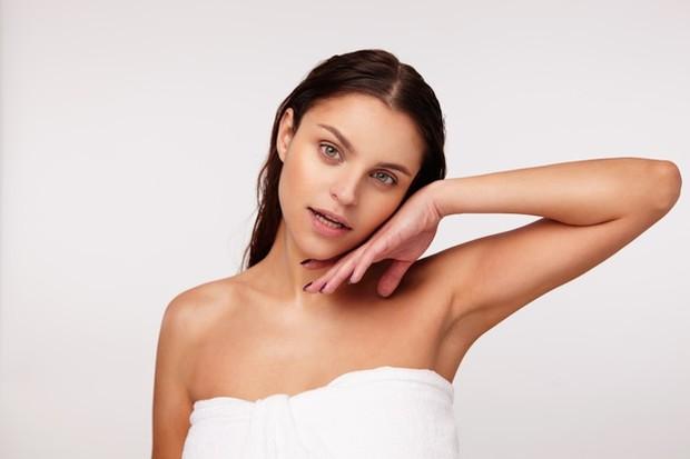 mandi air dingin bisa meningkatkan jumlah sel darah putih di tubuh yang bertanggung jawab untuk sistem kekebalan tubuh.