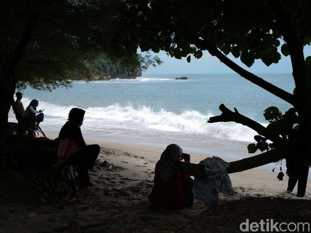 Pasir Putih dan Debur Ombak di Pantai Tambakrejo