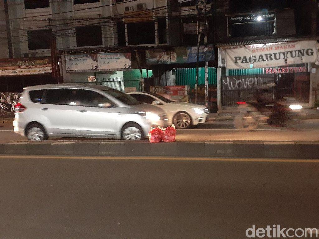 Kantong Sampah Masih Saja Terlihat di Jalan Dekat Flyover Ciputat