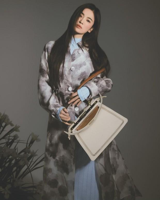 aktris cantik Song Hye Kyo yang terpilih sebagai brand ambassador untuk rumah mode mewah asal Italia, Fendi.