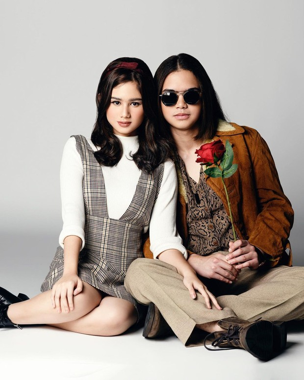 Tissa Biani dan Dul Jaelani berpose bak musisi John Lennon dan Yoko Ono.